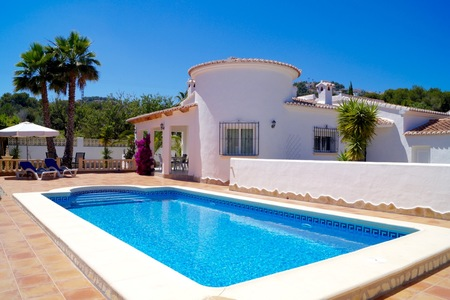 Exclusively for sale: Modern 3 bedroom single storey villa in immaculate condition within walking distance to Moraira. This beautiful and bright property is located in the area of Estret close to Moraira centre and the beach. The property consists of...