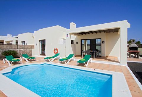 Investment opportunity: villa with private heated pool in an complex with tennis court, just 2 km from city centre with commercial area, beach & promenade. Completely furnished & equipped, with 3 bedrooms, 3 bathrooms (2 in suite), completelly equipe...