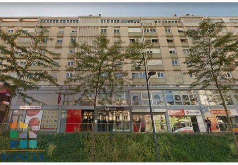 au coeur du centre ville au pied du tram et tous commerces beau 5 pièces à découvrir entrée, salon-séjour, 3 chambres, salle d'eau,cuisine, cave