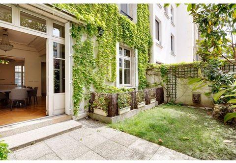 Situé entre la place du Trocadéro et l'Etoile, élégant hôtel particulier d'environ 440 m² sur quatre niveaux, comprenant au rez-de-chaussée : une entrée, un salon/séjour/salle à manger donnant sur jardin et une grande cuisine ; au premier étage : un ...