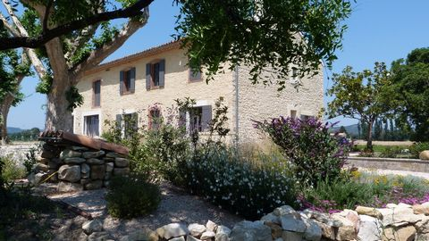 In 5mn of the interchange of Orange and 20mn of Avignon, Mas of 310m 2 habitable on 10 017m 2 of ground on Caderousse in zone non innondable. Coup de coeur for this Provençal farmhouse modernized with a living area of ??310m 2 including an independen...