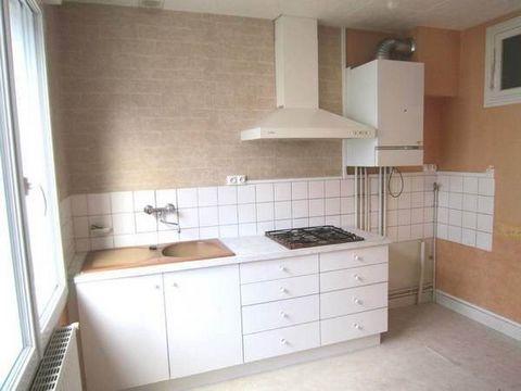 - A 200m de la Place François Premier - Grand appartement lumineux, au 1er étage d'un immeuble très calme comprenant : une cuisine aménagée et équipée, séjour sur parquet, 2 chambres avec placard, salle de bain et wc. Un garage.