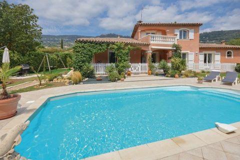 Comment résister aux eaux bleues de la superbe piscine de cette non moins splendide maison de vacances ? Elle vous ouvre ses portes à Peymeinade, à quelques kilomètres de la belle ville de Grasse. Nichée dans un écrin de verdure, au calme absolu, ell...