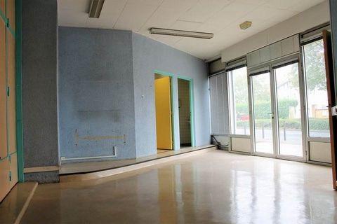 Local commercial à rénover 22 mètre en façadePropriétés Privées vous propose à la vente un local commercial en RDC à rénover de 218 m² (22 m de large sur 10 m de profondeur) avec une large façade et 6 places de stationnement (possibilité places PMR)....