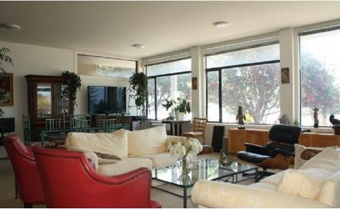 A luxurious apartment on the waterfront of Oriental Bay. This residence encompasses a large portion of the first floor and features a galley kitchen, 2 double bedrooms, bathroom plus ensuite off master bedroom, separate utility room,.spacious courtya...