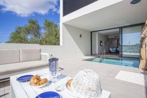 Moderna casa cercana a la playa, con piscina-jacuzzi privado da la bienvenida a 4+2 invitados en S'Illot Esta es la mejor opción si quieres estar cerca de la playa y la vez disfrutar de todas las comodidades actuales incluidas una piscina con jacuzzi...