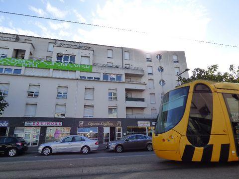Situé à 1 minute à pieds de l'arrêt de tram Grand Rex sur l'avenue de Colmar, Toutes commodités à proximité, dans immeuble avec ascenseur, Studio très lumineux, cuisine équipée, salle d'eau et WC Loyer mensuel charges comprises : 335 euros Honoraires...