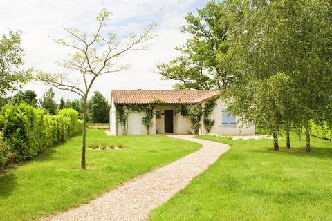 Le complexe de golf Le Vieille Vigne, luxueux et de petite taille, est situé sur la commune de Vasles. Celle-ci se trouve dans le centre-ouest de la France, au cœur de la région du Poitou-Charentes. En moins d'une demi-heure de route, vous êtes à Poi...