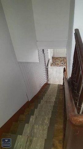 A louer à LIBOURNE, à proximité du lycée MONTESQUIEU et de la place JOFFRE, dans rue calme, maison de ville à étage de 51m2, comprenant au rez-de-chaussée une cuisine, un séjour, et à l'étage palier, 2 chambres avec parquet, salle de bains. Les chauf...