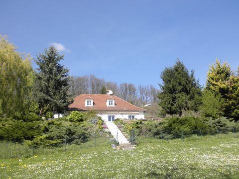 Cette belle maison positionnée au milieu de ses terres, offre une vue panoramique de la campagne. Elle se compose de 4 chambres, dont deux en rdc, et un grand salon / salle à manger avec accès direct à la terrasse aux vues dominates et dégagées. Il y...