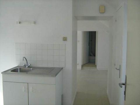Appartement F2 comprenant cuisine, séjour, SDE, une chambre. Frais d'agence locataire : 365 euros.