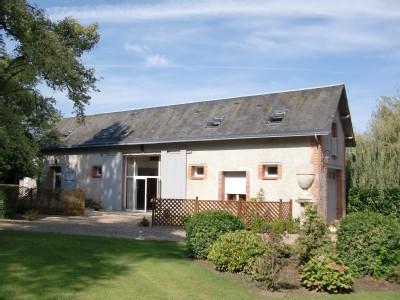 Au coeur de la vallée de la Loire et ses châteaux. Chalet 40 m2 pour 4 personnes construit dans un ancien pavillon de chasse. Chalet 180 m2 pour 6 personnes construit dans une ancienne cave à vin.