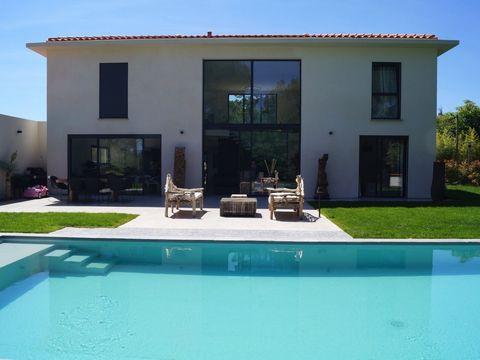 Location villa vacances Aix en Provence - Puyricard. Très belle maison contemporaine située dans un environnement résidentiel calme non loin du village de Puyricard. La maison offre tout le confort avec un equipment haut de gamme ainsi que la climati...
