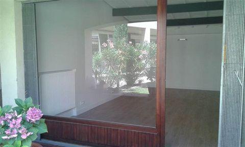 A louer local de 22 m² dans Résidence proche cours Mirabeau. Entièrement rénové composé d'un pièce principale avec vitrine. Libre de suite - Honoraires d'agence 700 € TTC
