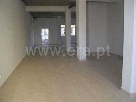 Shop with 143 m2, 3 shop Windows medium, toilet ´ s, has two entrances. Possibility to transform into T2.