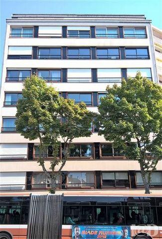 I@D France - Philippe LEGALLAIS ... vous propose : LE MANS . Avenue Bollée , proche du Lycée Ste Croix , des commerces , du marché et de toutes commodités cet appartement au premier étage d'un bel immeuble offre une entrée , un séjour de 48m² environ...