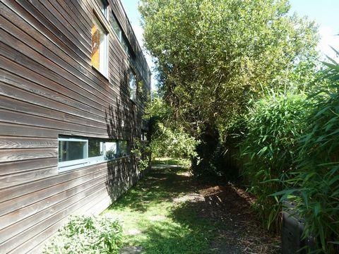 Pessac Alouette 33600 : Maison d' architecte atypique et originale sur environ 750m2 de terrain + studios (revenus locatifs ) , l'habitation principale de 165 m2 se compose au rez de chaussée d' une pièce de vie de 80m2 , cuisine , salle à manger et ...