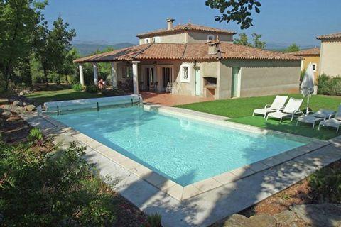 Dans cette belle maison de vacances avec piscine privée, vous ne manquerez pas de vous reposer. La villa se situe sur le domaine fermé de Fayence doté de nombreuses commodités. Niché au coeur du Var, le domaine borde Fayence, un authentique village p...