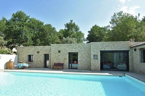 Cette villa avec piscine privée chauffée pour quatre personnes se trouve sur un terrain entouré d'arbres, à 3 km de Malaucène et à proximité du célèbre Mont Ventoux. Malaucène est un charmant village avec terrasses et boutiques. Le marché hebdomadair...