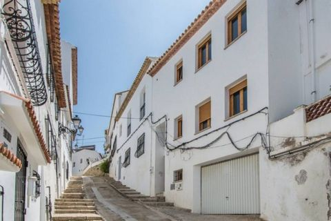 Four-storey townhouse in the old town of Altea, close to all amenities and with a large garage. . On the semibasement, there is a large garage with lots of storage space and a toilet. On the first floor, there is an independent apartment with one bed...