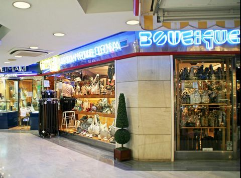 Shop in Mall for sale Large shop of 160m² in the mall 'Centro Comercial Carabela'. Has run for more than 20 years as high quality complements and cloths. Fully equipped!