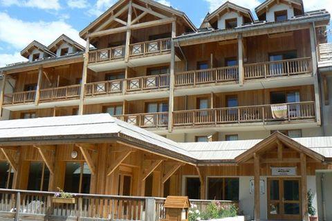 Le village de montagne Les Orres se trouve dans la vallée de la Durance et donne sur le lac Serre-Ponçon. Le domaine skiable s?'tend de 1550 mètres à 2720 mètres d'altitude et offre pas moins de 88 km de pistes. Vous y trouverez également un funpark ...