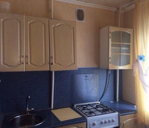 Сдаю 1 комнатную квартиру. Аренда только долгосрочная. Меньше чем на пол года квартиранты даже не рассматриваются. Квартира чистая, в очень хорошем состоянии. Со свежим ремонтом. В кухне есть все. Комната пустая. Цена 12 тыс руб в месяц+ к/у. Собстве...