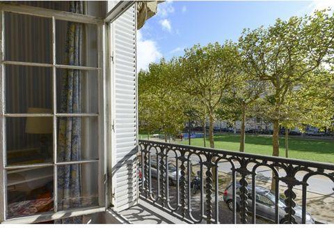 Dans un magnifique immeuble en pierre de taille, appartement traversant d'environ 194 m², baigné de soleil et bénéficiant de vues dégagées sur l'avenue de Breteuil. Parquet, moulures, cheminées. Il est composé d'une entrée, d'un vaste double-séjour, ...