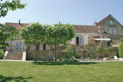 Située dans une bastide du Moyen-Age, cette maison restaurée offre une piscine chauffée, un sauna et une vue fantastique sur les collines de Bourgogne. De conception architecturale, elle est meublée avec du mobilier de qualité et dispose d'un poêle à...