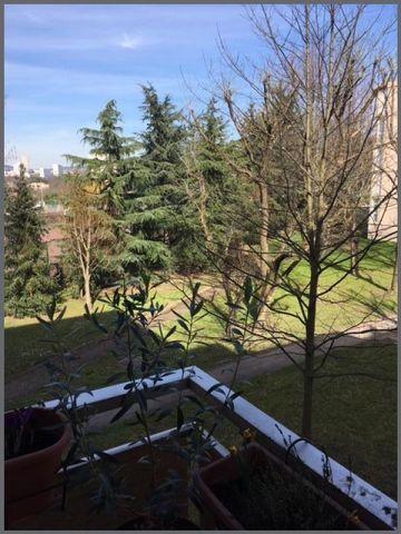 Lyon 9, limite Lyon 5 et Tassin, proximité de tous axes routiers et toutes commodités (commerces, écoles, transports...), dans résidence calme avec espaces verts, au 2ème étage sur 5, agréable appartement de 81 m2 traversant est/ouest, en excellent é...