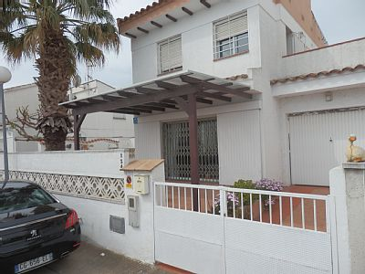 Corner house with lake view, fully furnished and equipped, tv. TV, laptop wifi, washing machine, oven, stove, toaster, microwave, fridge freezer combi type, dishes, 1 bed. 190 x 150. matrimonial overlooking the lake bed. two double beds, room.