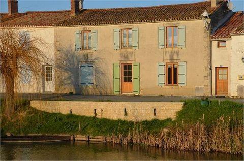 A DAMVIX avec une superbe vue sur la Sèvre Niortaise, une maison ancienne au coeur du Marais Poitevin comprenant une pièce de vie avec cuisine ouverte aménagée, 5 chambres, bureau, débarras, dressing, salle de bains, wc, avec pièces à finir de rénove...