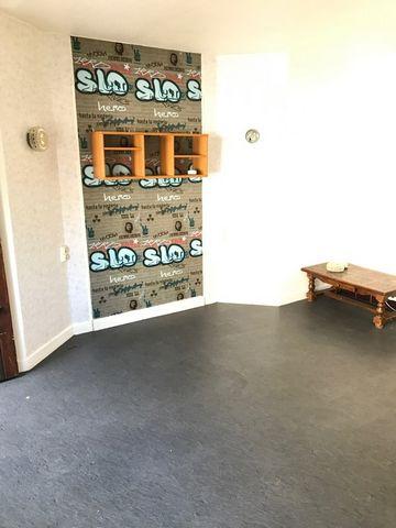 A LOUER SUR LA COMMUNE DE CAMBRAI, Studio d'une superficie de 25m² avec salle de douches et équipé d'une kitchenette avec réfrigérateur. Loyer : 360.00 euros Charges : 85.00 euros Honoraires à la charge du locataire : 275.00 euros Disponible de suite...