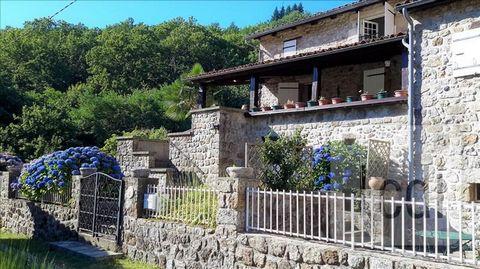 Thueyts, à 22 minutes d'Aubenas, belle demeure en pierre de 167 m², comprenant un salon/séjour de 49 m², une cuisine indépendante de 11 m² donnant directement sur la terrasse, une salle de bain, une chambre au RDC, 3 chambres à l'étage, une terrasse ...