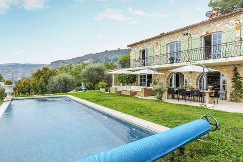 Fabuleuse maison de vacances décorée avec goût avec une piscine privée dans les collines luxuriantes près de Grasse. Une fois sur place, il est difficile de ne pas apprécier la vue fantastique. Grasse, la capitale du parfum, les arrières-pays de Cann...