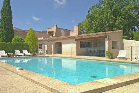 Cette villa, construite dans le style typique du sud de la France, se situe dans un quartier de villas paisible, à proximité du village de Le Plan-de-la-Tour. L'aspect rustique, les chambres spacieuses, la cuisine moderne et le jardin peuplé d'arbres...