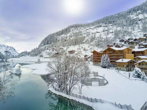 Au coeur de la station de ski de Tignes Les Brévières à 1550 m d'altitude, la résidence Santa Terra**** est un écrin lové entre l'église du XVIIIème siècle et le lac. Elle se compose de 32 appartements répartis en chalets mêlant bois, pierres et lauz...