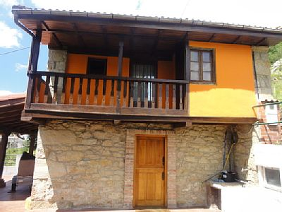 Asturian house very cozy. It has a living-dining room with built-in American kitchen. Double room with bed of 1:35 Single room, bed of 80cms. service terrace Ironing room A huge porch where you can park the car. Rates: nightly-weekend - from 60 to 67...