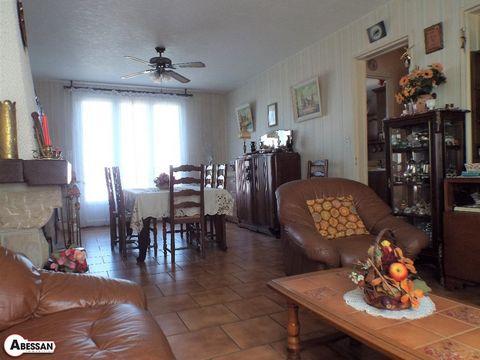 TARN (81), à vendre maison avec terrain. Proche des commodités et arrèt de bus, maison des années 70 en excelent état. Lumineuse et facile à vivre, on trouve de plein pied entrée, séjour, cuisine, et un garage, au 1er étage 3 chambres + salle d'eau r...