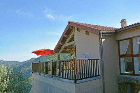 Cette habitation, nichée contre une montagne dans les hauteurs du Languedoc, bénéficie d'une situation idéale pour des vacances dédiées à la randonnée, aux sports nautiques ou à la détente. Elle se situe dans le parc national des Cévennes, à la front...