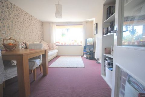 The property is a first floor one bedroom flat available to the market unfurnished. Situated in quiet cul-de-sac within the popular Park Hill Estate, which is within 15 minutes walking distance of East Croydon Station. The flat is spacious with plent...
