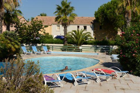 La résidence se trouve à seulement 600 mètres de la plage de Vendres-Valras, entre Béziers et Narbonne. C'est une station balnéaire attrayante idéale pour des vacances en famille. Le complexe est composé de maisonnettes mitoyennes pouvant accueillir ...