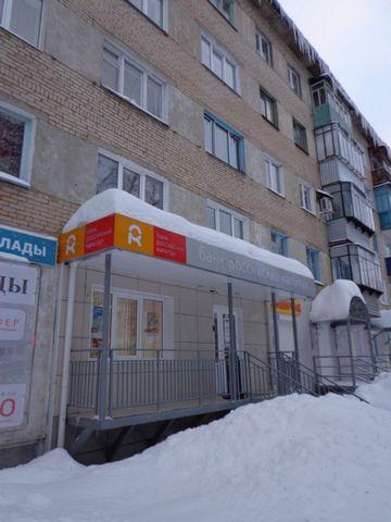 Объект находится по адресу: Ленина улица, 41. Продаю нежилое помещение (площадь-93.9кв.м), расположенное на 1 этаже 5-этажного жилого дома 1967 года постройки, ранее располагалось отделение Банка. [#870222#]