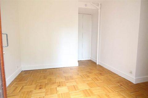 Située dans une résidence de bon standing, studette située en rez-de-chaussée comprenant une pièce à vivre et une salle de douches avec WC. A proximité à pied des transports et commerces. Libre de suite.