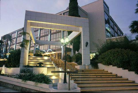 Современный, комфортабельный Спа-Отель, расположенный в центральном районе г.Сочи. Рядом с отелем находятся парк дендрарий, Зимний и Летний театры, расстояние до берега моря составляет 300 метров.Жилой фонд отеля состоит из 135 комфортабельных номеро...