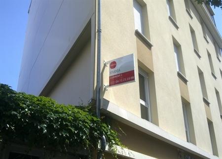 A proximité immédiate de l'ESC de Clermont Ferrand et du Lycée Blaise Pascal : Cette résidence récente dispose d'un emplacement de qualité dans un quartier central avec de nombreux commerces et services. L'accès facilité aux deux pôles universitaires...