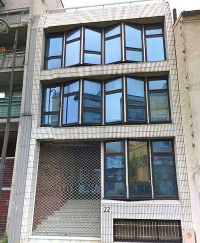 A toute proximité du Boulevard DAVOUT, le Groupe Babylone vous propose un bâtiment semi indépendant à la vente ou à la location. Bâtiment de 620 m² en R+3, dont 130 m² de sous sol sain. Traversant, lumineux avec jardin et 2 terrasses. Porte de Montre...