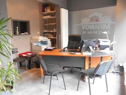 Réf : TCG4993. EN HYPERCENTRE - Local commercial rénové avec 2 bureaux - 2 entrées et facilité de stationnement idéal pour bureau ou profession libérale. RENTABILITÉ IMMÉDIATE! UNE NOUVEAUTÉ ABRIMMO!