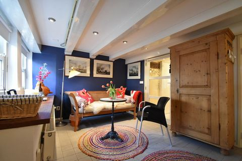 Very comfortable, spacious studio in a top location, in a 16th century canal house, on one of Amsterdam's most beautiful canals, close to Leidseplein. All sights in Amsterdam, such as the Van Gogh Museum, the Rijksmuseum, the Banksy Museum, the Heine...