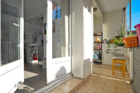 Charmant appartement T3 traversant de 52 m² avec balcon, entièrement rénové avec gout, il se compose de 2 chambres d'une cuisine américaine, d' une salle d'eau, clim, WC indépendant, cave, situé dans un immeuble bien entretenu, proche des commerces e...